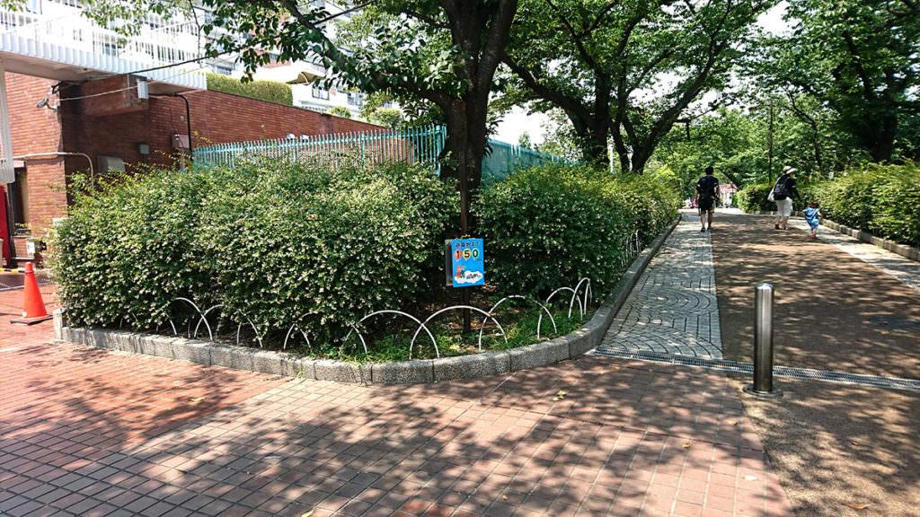 入り口の前の道。ここにオープン前後は30〜50mほどの行列ができます。