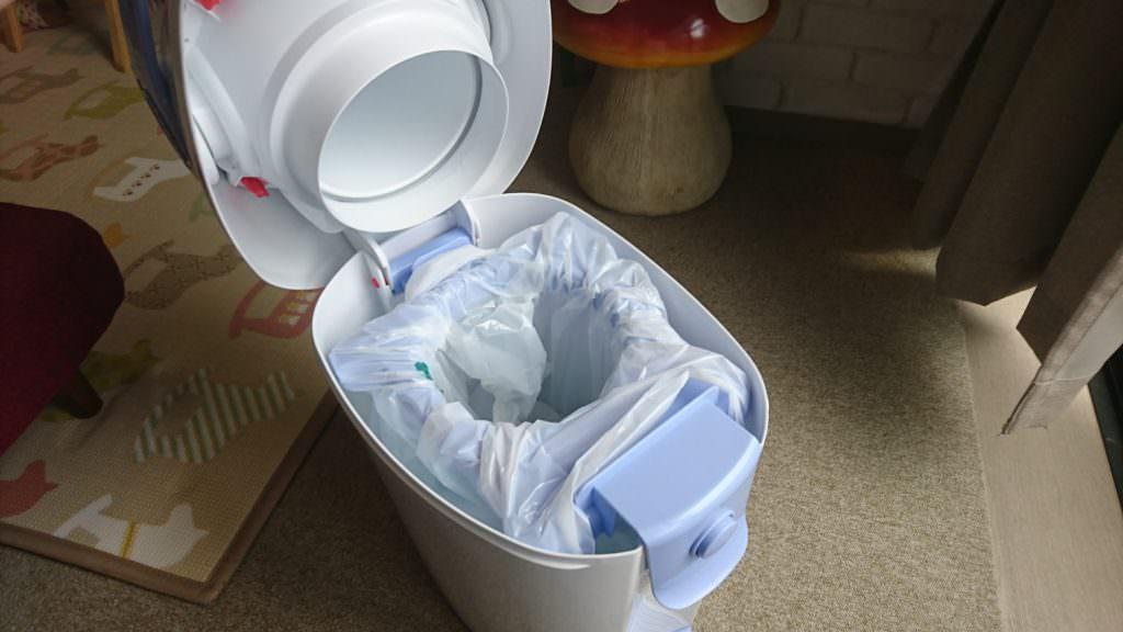 カートリッジではなく一般のゴミ袋がセットできます。(画像の商品はらくらくおむつポットン)