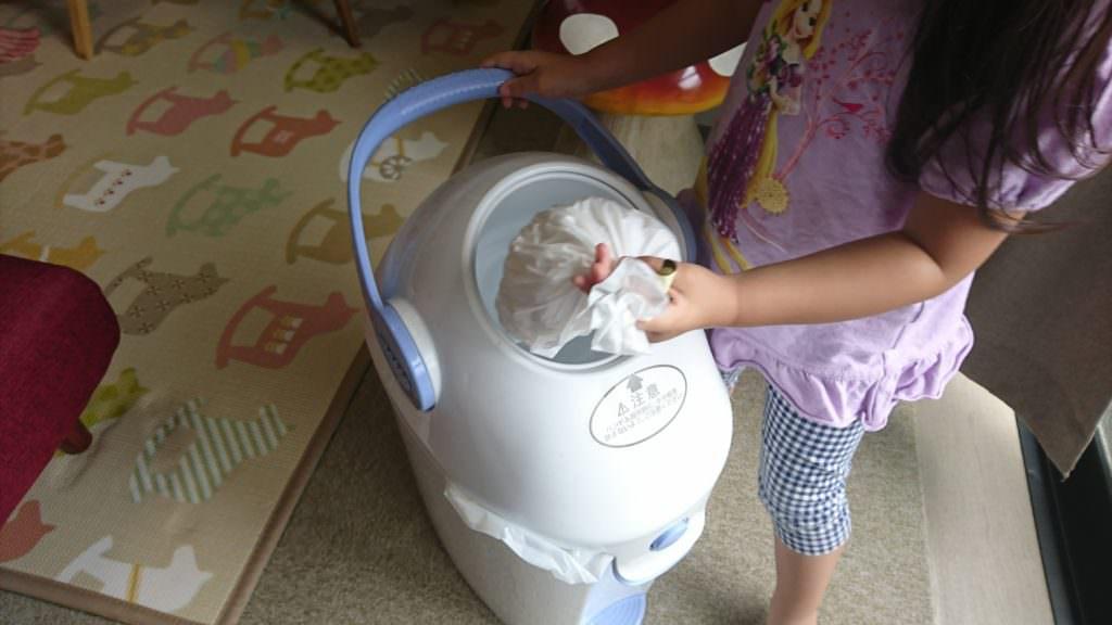 レバーの開け閉めが楽しいのか、娘は妹やペットのゴミ捨てをやりたがります。