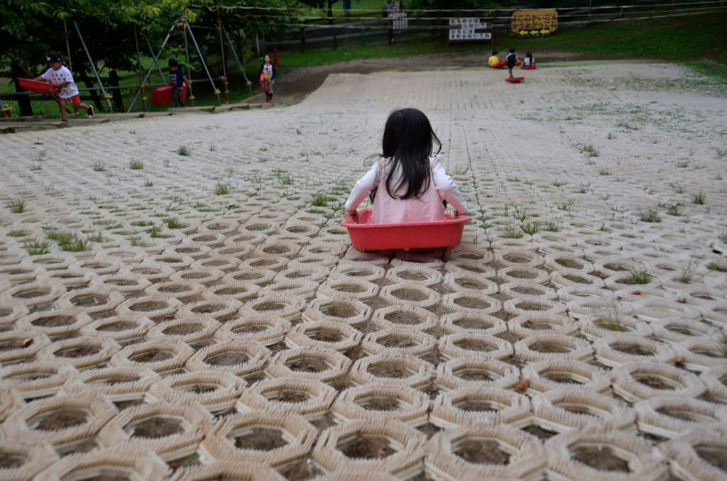 子どもはへとへとになるまで芝生すべりで遊びます